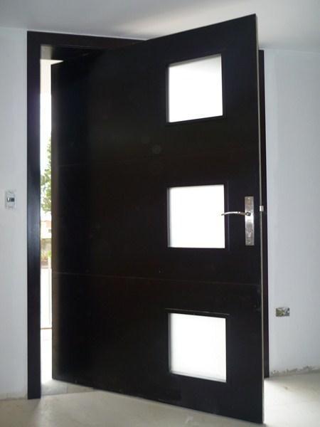 Puertas modernas exteriores hierro madera y crital for Modelos de puertas principales