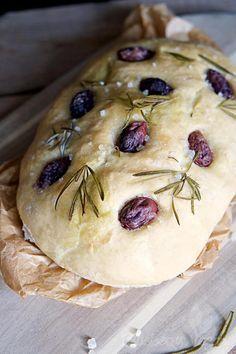 Luftiges Focaccia mit Oliven, Rosmarin und Salz