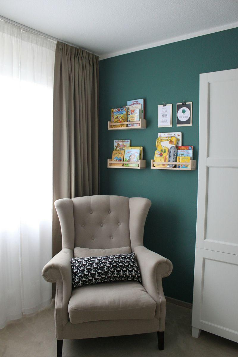 kinderzimmer f r jungen leseecke mit sessel und ikea gew rzregal als b cherregal. Black Bedroom Furniture Sets. Home Design Ideas