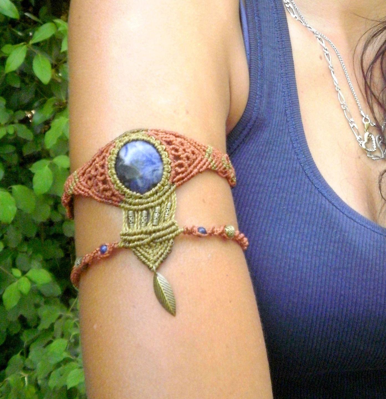 Bracelet de bras ethnique en macramé rouille et kaki , pierre de sodalite   Bracelet par