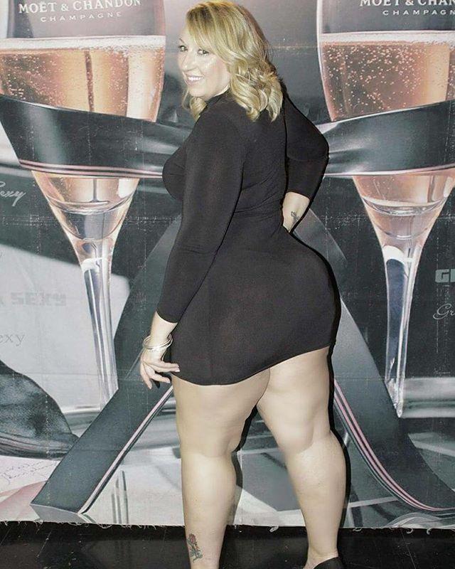 Big booty milf looking good