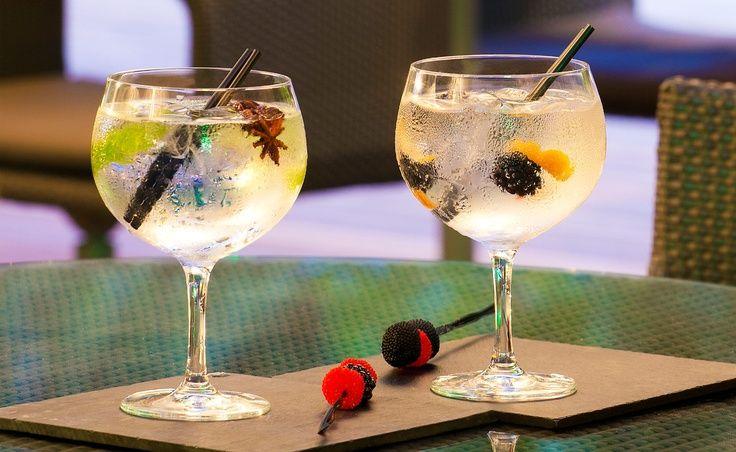 Gaudeix en parella d'una degustació de Gintònics a l'Hotel Sixtytwo, al ple cor de Barcelona. http://ow.ly/lUnDN  Aquí et deixem algunes curiositats sobre el Gintònic, perquè no t'ho pensis més! http://ow.ly/lUnAf