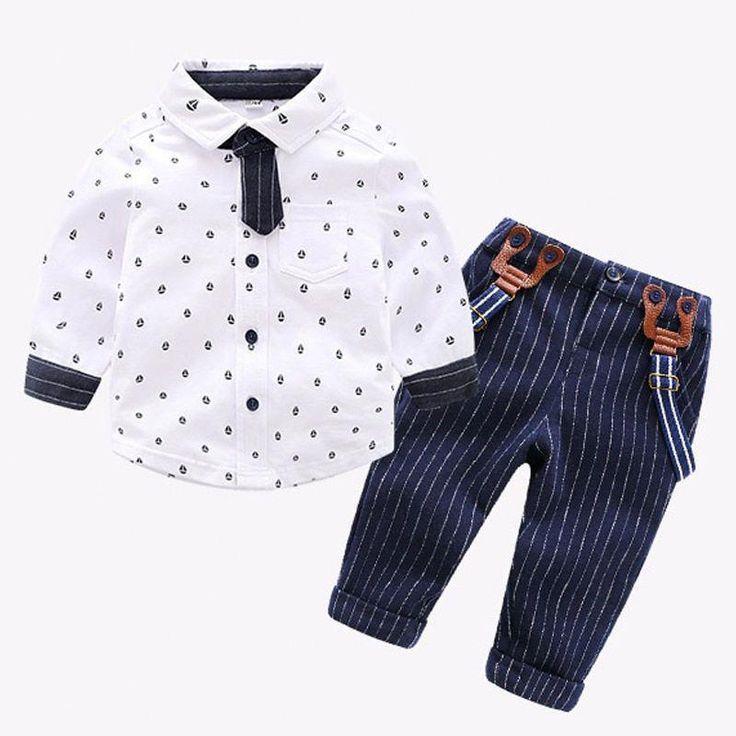 Eine Vielzahl von Overalls und Hosen für junge Leute ...
