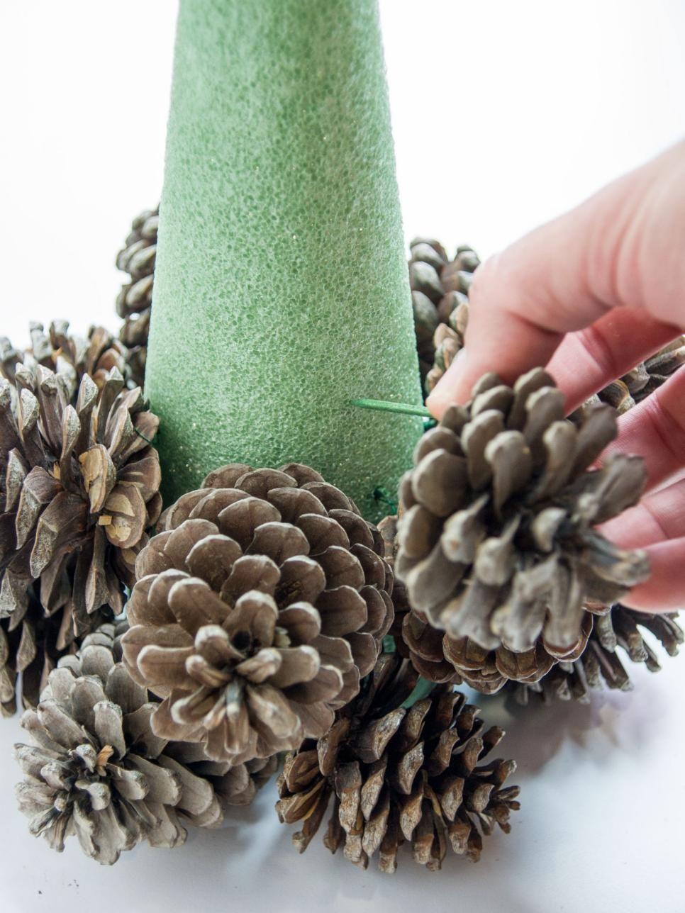 Verwandeln Sie Tannenzapfen in einen Tisch-Weihnachtsbaum - Upcycling Blog #christmastree