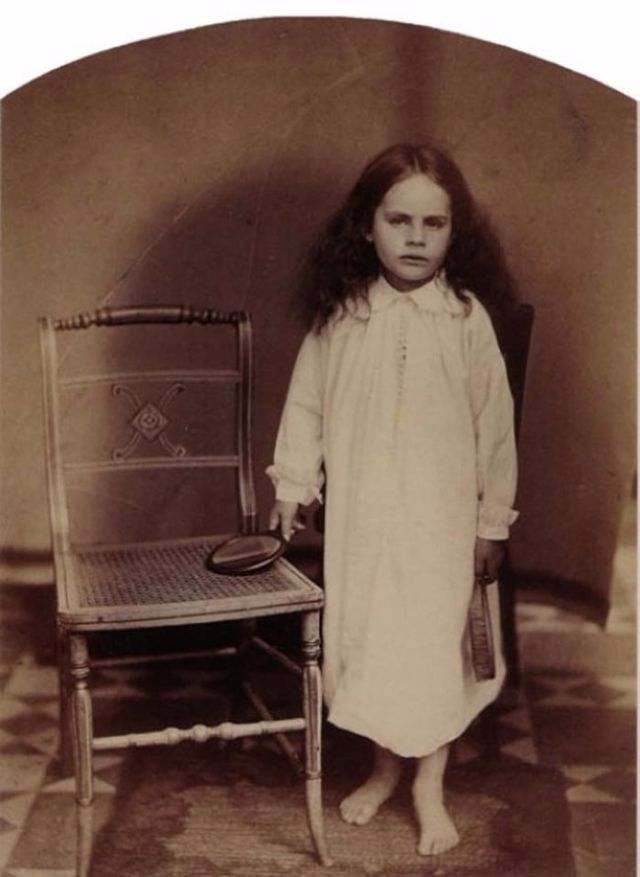 40 Eerie Portrait Photographs of Children Taken by Lewis Carroll in the  19th Century f0984667aed