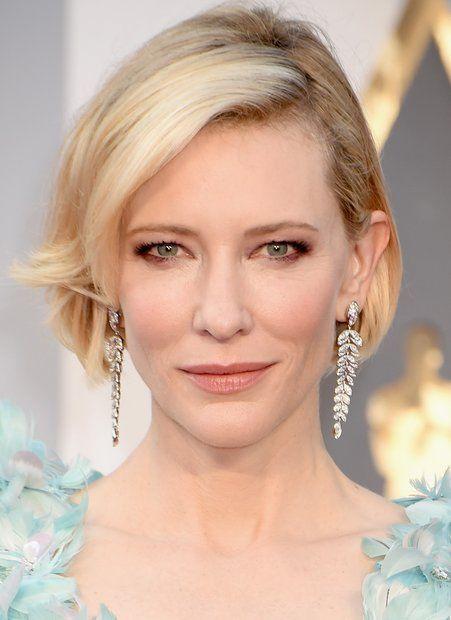 Oscars 2016: Cate Blanchett weiß ganz genau, wie ihre Katzenaugen richtig zur Geltung kommen: Konträr zu ihren grünen Augen trägt sie einen kupferfarbenen Lidschatten rund um ihre Augen auf. Am unteren Wimpernkrankz verläuft er lediglich bis zur Mitte. Rouge in Blassrosa verleiht ihrem Gesicht Frische.