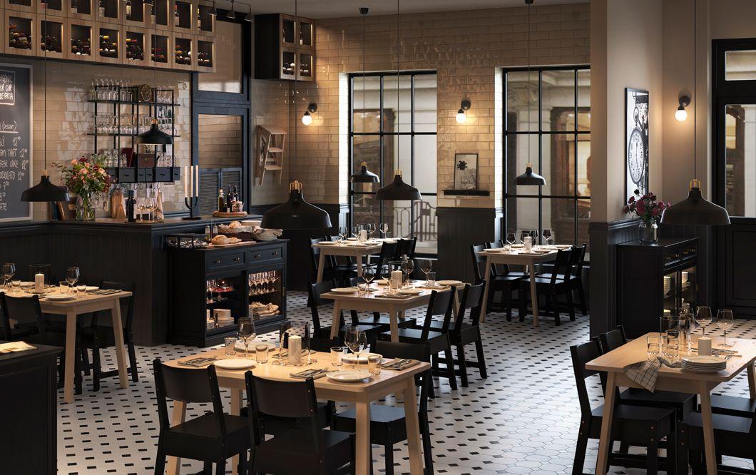 restaurante con decoracin de estilo industrial con mesas de madera y sillas negras