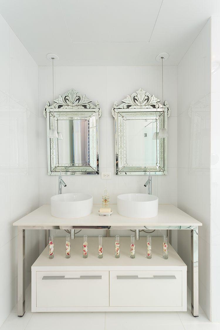 Biel i chromowana stal sprawiają że toaleta wygląda na schludną i