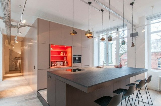 mehrere Metall Pendelleuchten dunkle Kücheninsel und Küchentisch - küchentisch mit barhockern