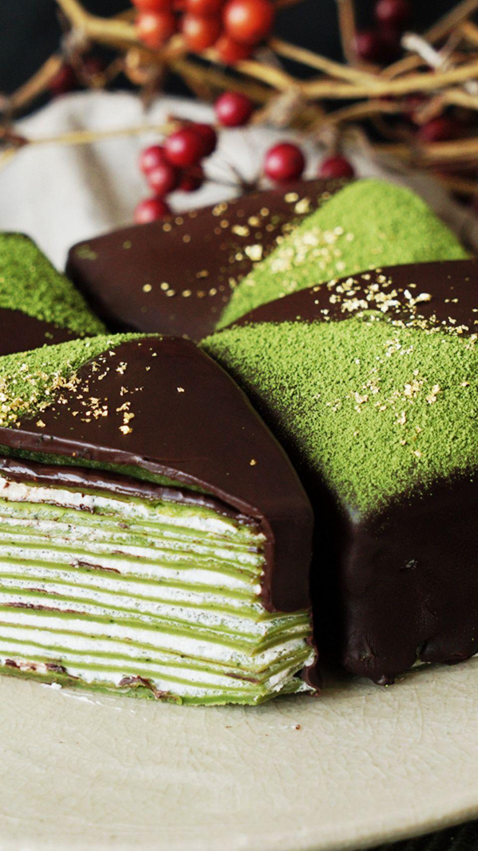 Pandekageer i lag med flødeskum eller creme imellem. Overhældt med chokolade. Mums!