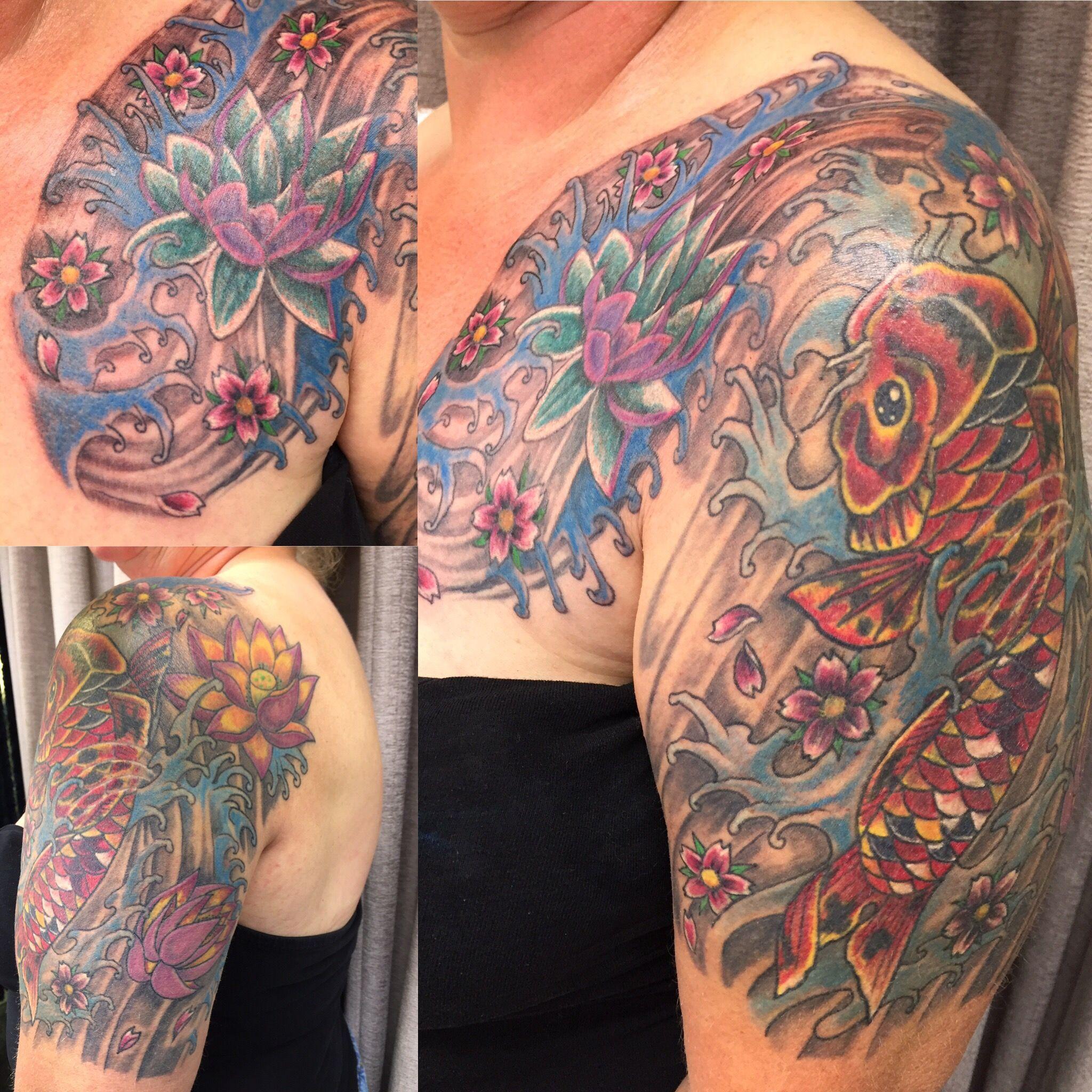 Tattoo japanischer stil koi blumen und wasser peters for Japanischer stil