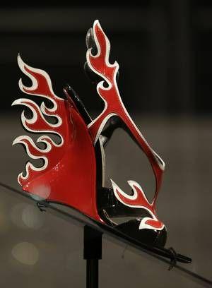 Chamas de couro em criação da Prada. Segundo os curadores da mostra, a série 'Sex and the City' fez com que sapatos ganhassem mais importância