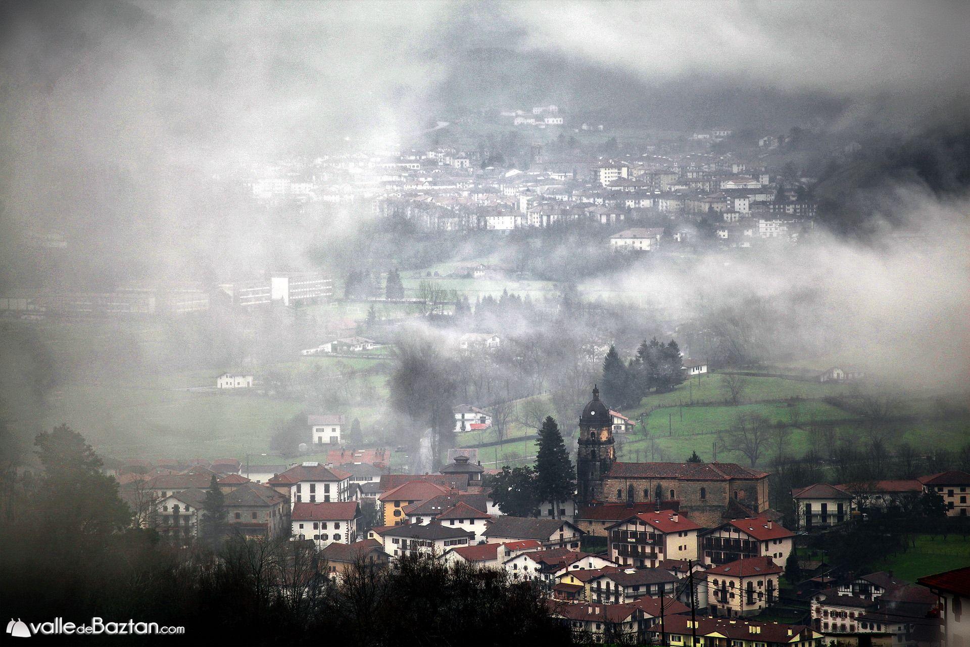 2014-02-01 Irurita eta Elizondo lainopian gaur.---Irurita en primer término y Elizondo detrás, envueltos en niebla.