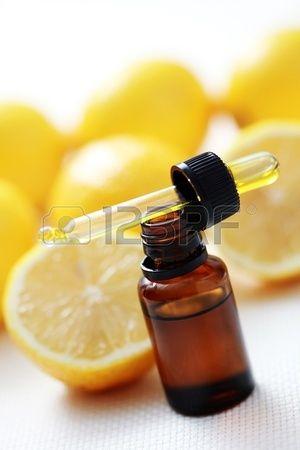 Bouteille D Huile Essentielle De Citron La Medecine Alternative Huile Essentielle Citron Huiles Essentielles Huiles Essentielles Doterra