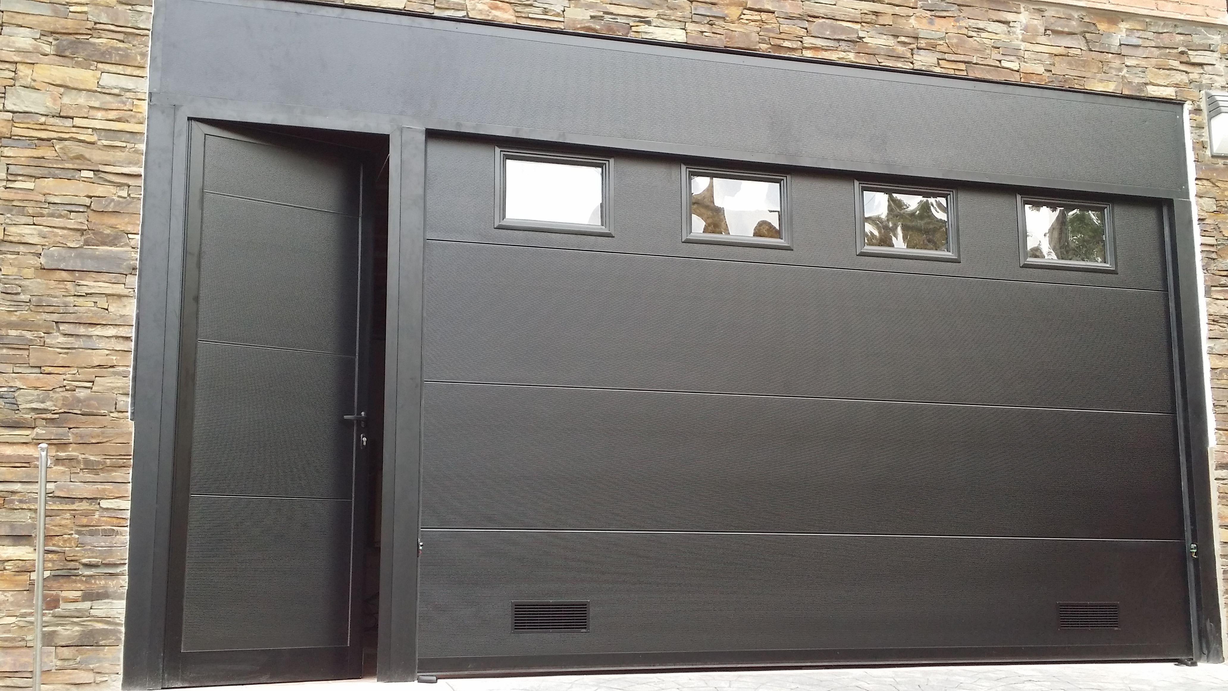 Magnifico conjunto de puerta seccional en panel for Portones de garaje