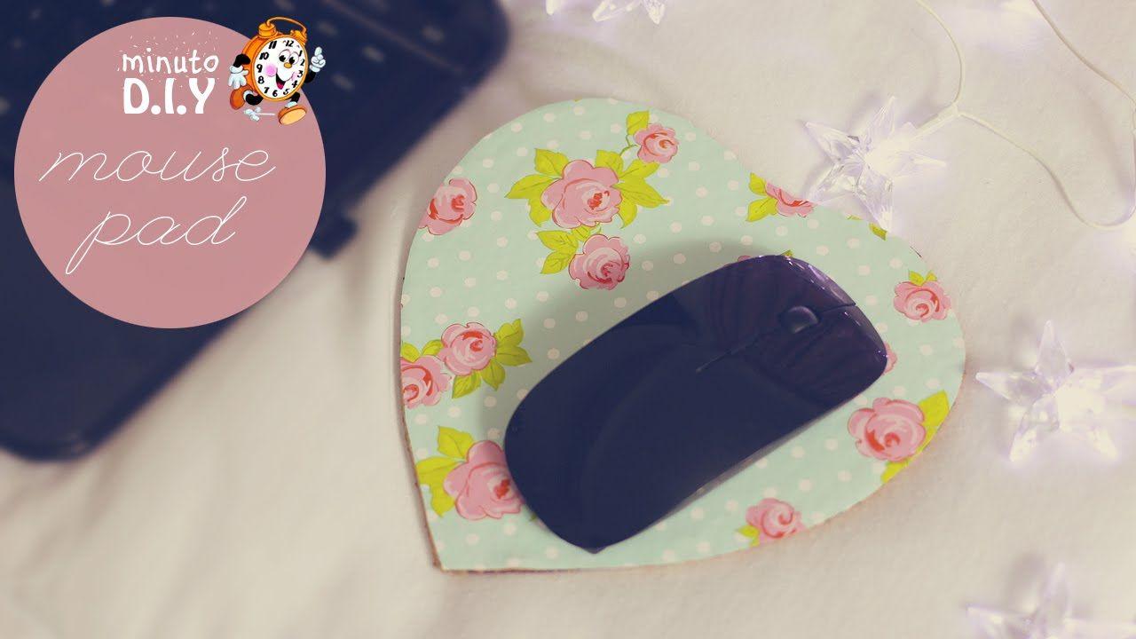 Minuto DIY - Mouse Pad Faça você mesma um lindo mouse pad. DIY Fácil, rápido e barato. (Por: Carla Sant'Anna, blog Burguesinhas)