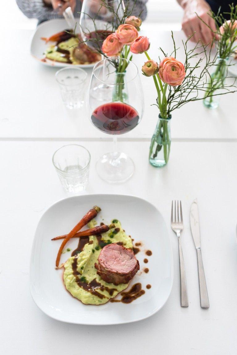 Kalbsfilet im Speckmantel, Rotweinjus, Kartoffelselleriestampf mit Petersilienöl, glasierte Urmöhrchen - trickytine