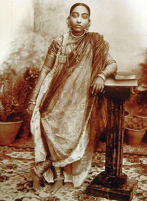 Mahal E Mubarak Wife Of H E H The Nizam Vii Circa 1915 In 2019 Khada Dupatta Vintage India Costumes Around The World