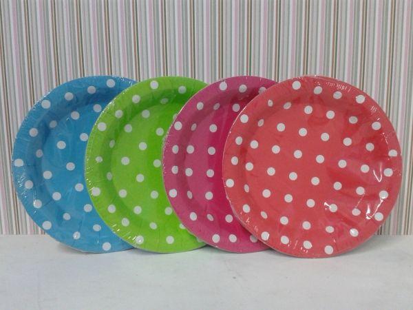 Platos de cartón en colores rojo, verde, azul caribe y fucsia de punticos para una fiesta Polka. #PinateriasMedellin #FiestasTematicasPereira