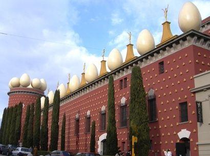 Dalí Teatro e Museu de Figueres também detém a cripta onde está enterrado Dalí
