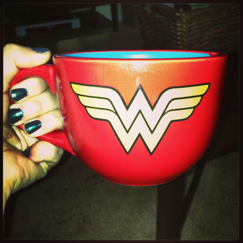 Une jolie tasse à la Wonderwoman, dédiée à toutes les mamans de ce monde!  Venez nous visiter au Crackpot Café pour réaliser votre prochain projet de peinture sur céramique!