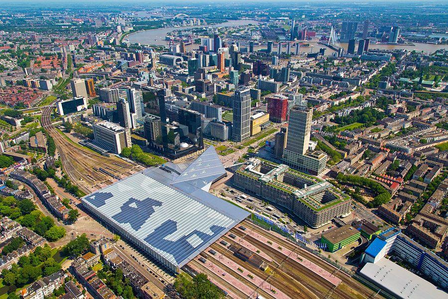 Luchtfoto centrum Rotterdam en Centraal Station van Anton de Zeeuw ...