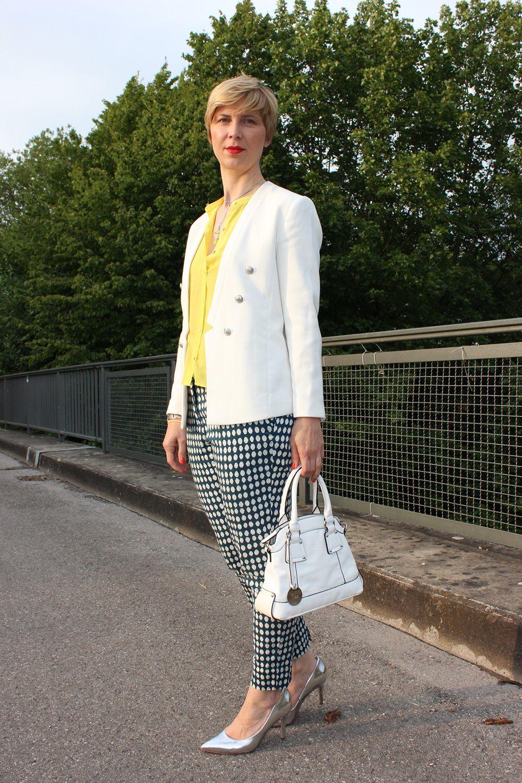 IMG_9559a_blueprintpants_dots_punkte_whiteblazer_yellowblouse_Hallbhuber_HundM_metallic_pumps - love the whole outfit