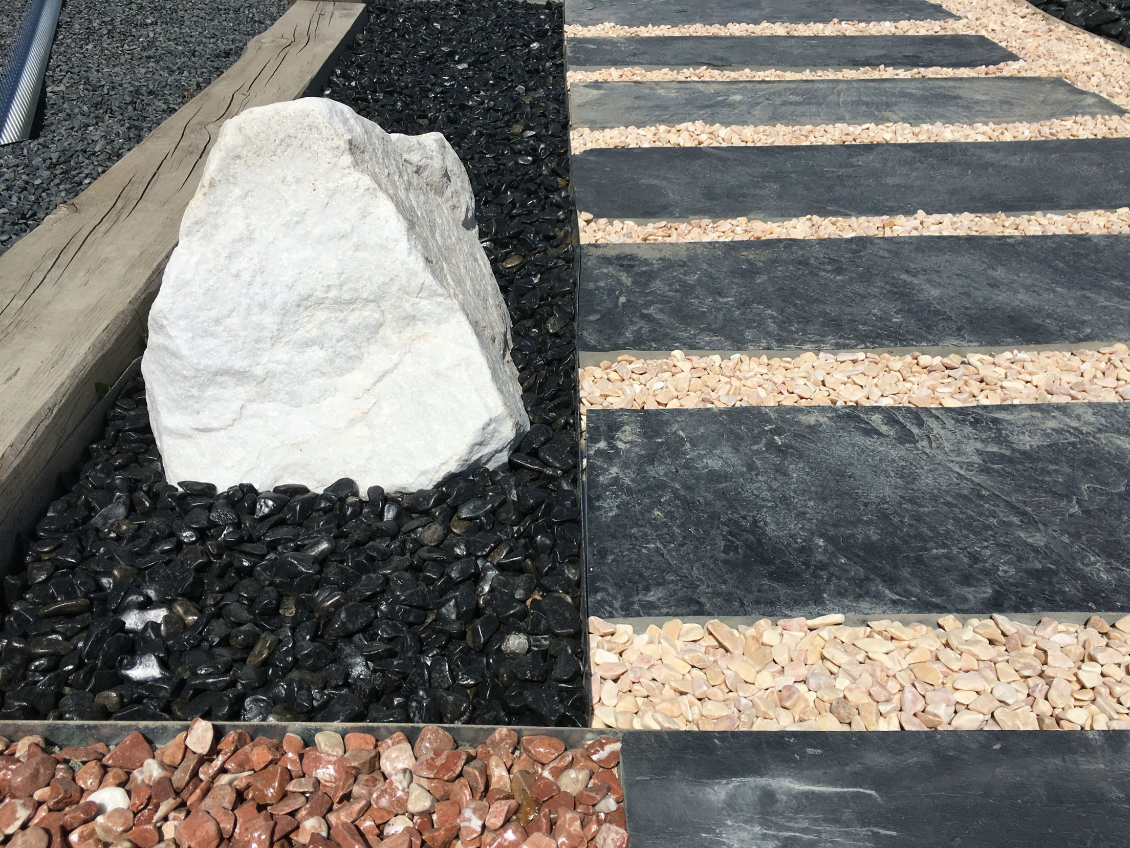 Galet noir poli, roche blanc pur et dalles ardoise | Showspace ...