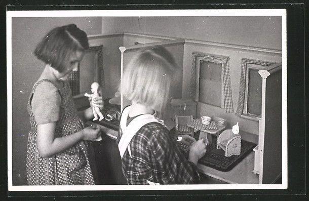 alte AK zwei Mädchen spielen mit einem Puppenhaus