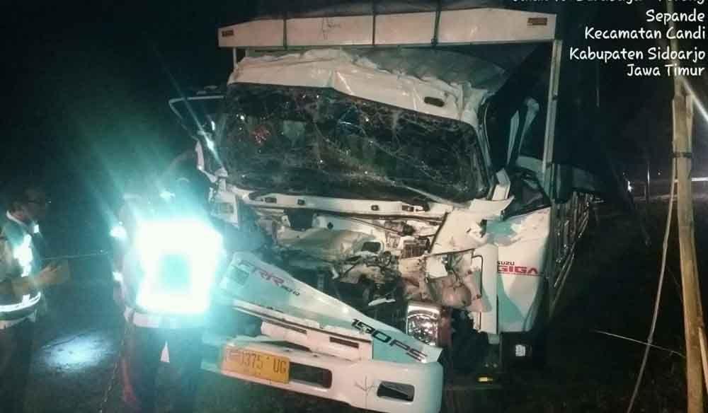Sopir Truk Diduga Mengantuk Dan Menabrak Kendaraan Lain Yang Melaju Di Jalan Tol Kendaraan Truk Ambulans