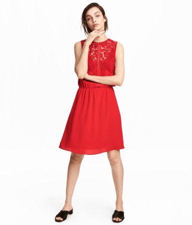 b472f8df6abe Rot. Kurzes, ärmelloses Kleid aus Kreppstoff mit spitzenbesetztem Oberteil.  Das Kleid hat einen schmalen Gummizug in der Taille und einen leicht