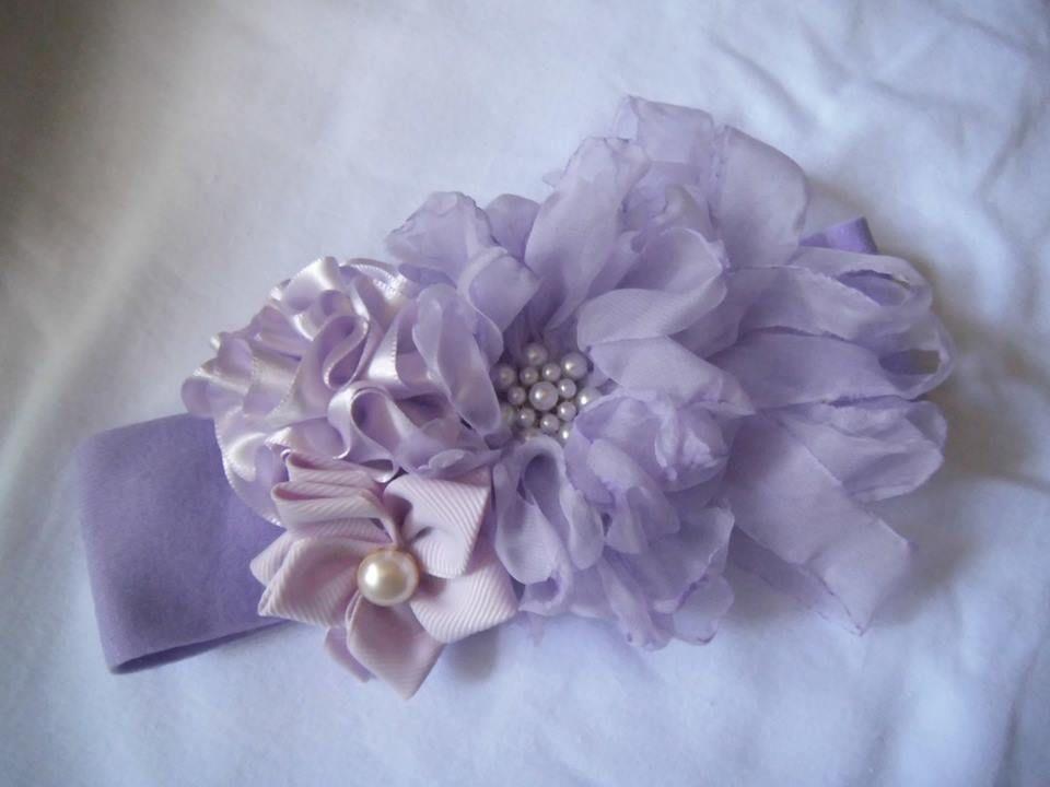 Bandita con flores de tela y list n hechas a mano con aplicaci n de pedrer a en color lila - Flores de telas hechas a mano ...