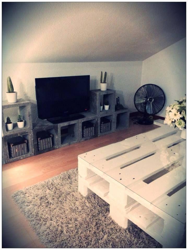 table faite avec 2 palettes et meuble tv en blocs de b ton. Black Bedroom Furniture Sets. Home Design Ideas