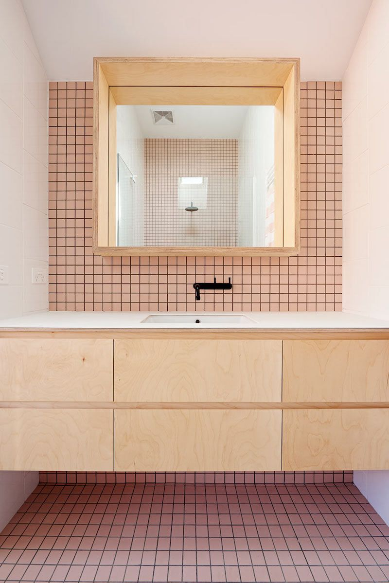 Un baño de diseño con azulejos color pastel | Madera natural ...