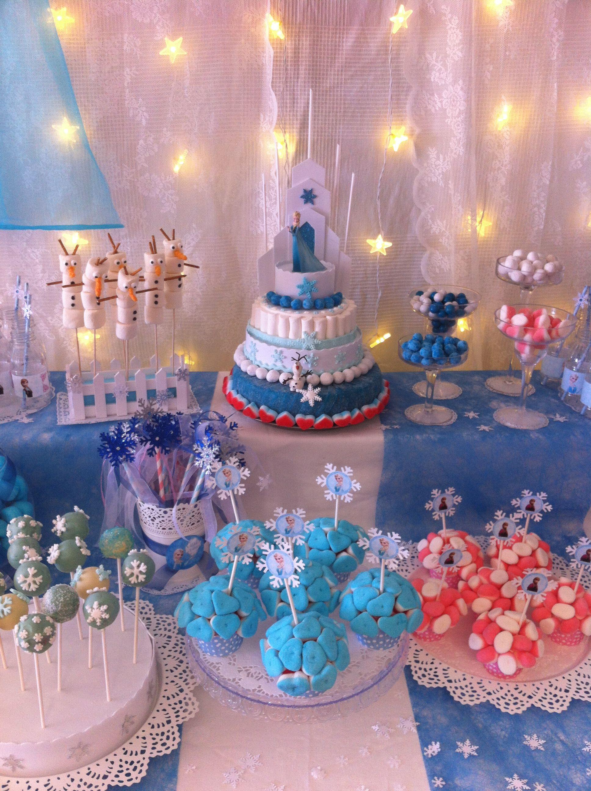 mesa de golosinas dedicada a frozen para el cumpleaos de alba elaborada en uno