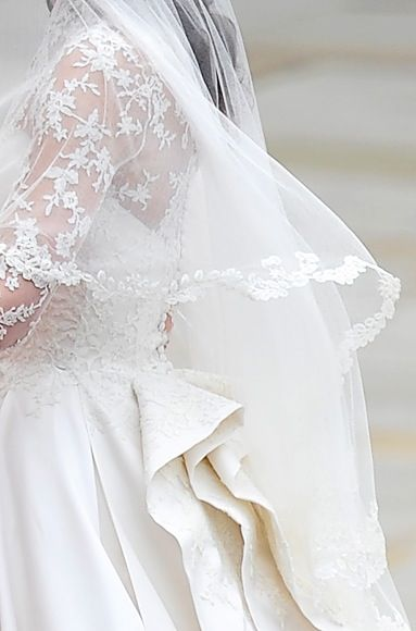 Kate Middleton Wedding Veil And Lace Detail With The Flowers On Edge Entirely Hand Embroidered Kates Lovely Is Also Made From Ivory Silk Tulle