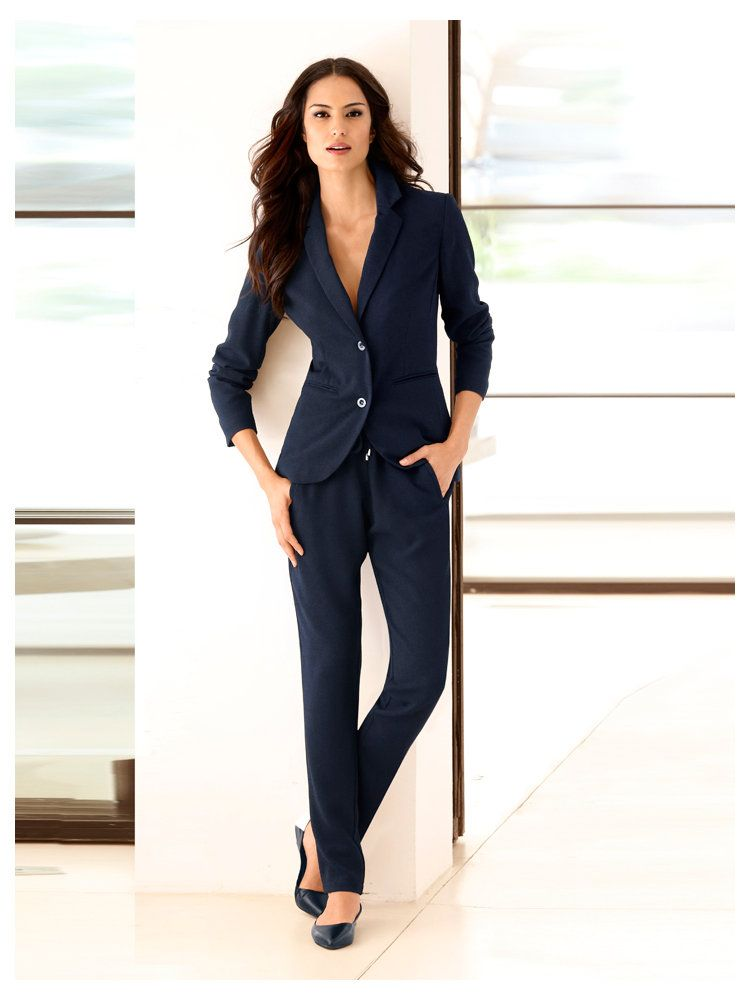 Une tenue de bureau sport chic avec blazer court pantalon de jogging ballerines tenues pour - Vetement de bureau pour femme ...