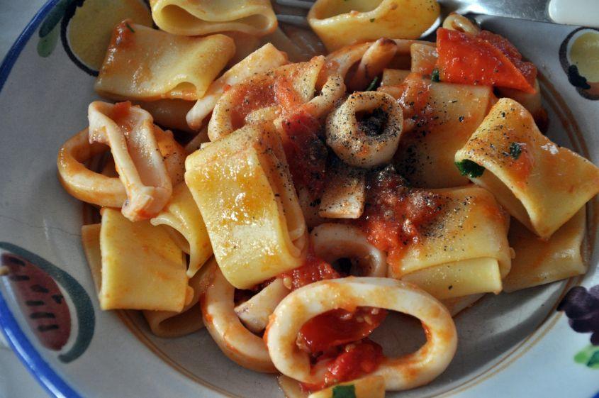La calamarata è un tipo di pasta, in pratica dei grossi anelli, e la ricetta tradizionale prevede di servirla con un sugo a base appunto di calamari o altri cefalopodi tagliati anch'essi ad anelli.