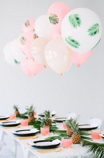 table d'enfants : ballons avec feuilles imprimées (fougère plutôt que palmier pour aller avec l'automne)