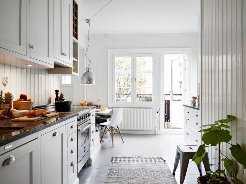 Tradycyjna Biała Kuchnia Skandynawska Z Zabudowanymi