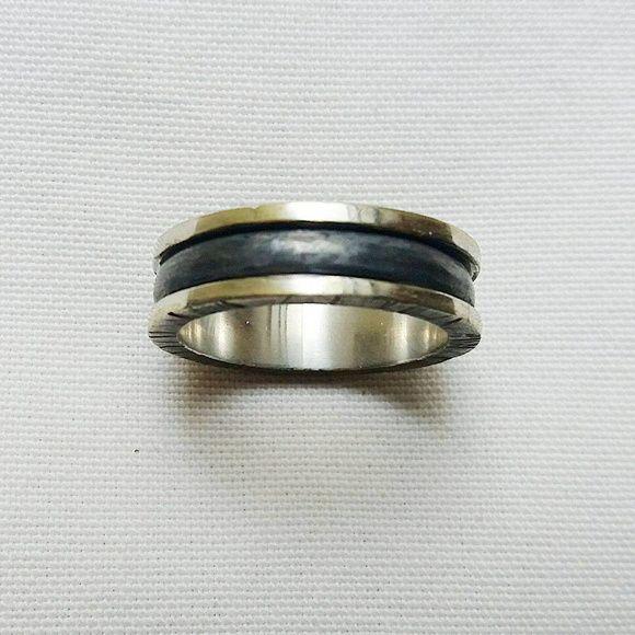 9df4913386fd2 Anel em prata 925 unissex com texturização feita a mão e oxidações  propositais. Aro 28.