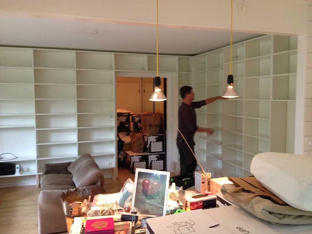 platsbyggd bokhylla hörn dörröppning lidingö bookshelf moderskeppet stockholm platsbyggd