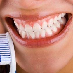 Cepíllese los dientes y use hilo dental para cuidar su salud bucal