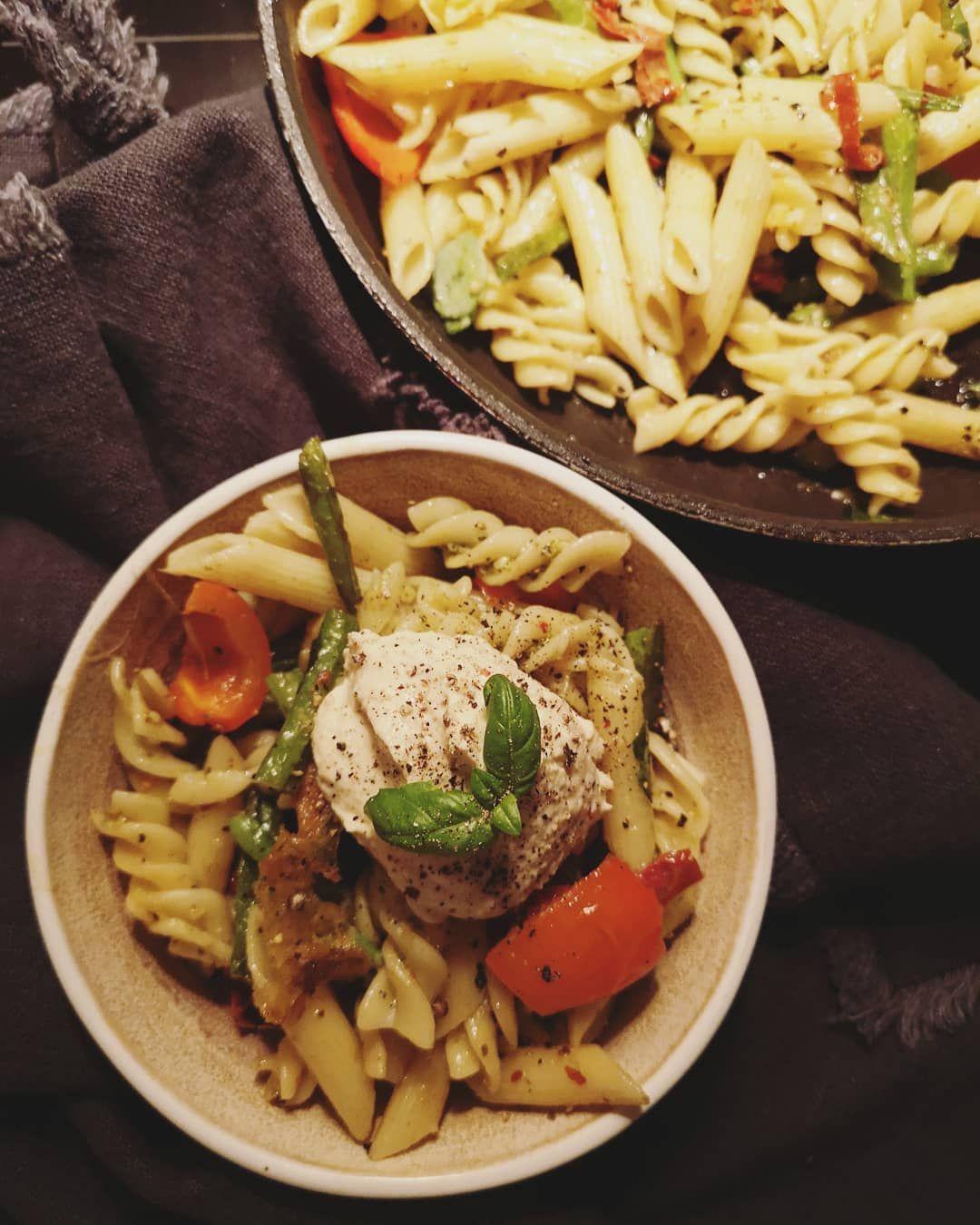 SØNDAGSBØWL 🎉  vänner som bjuder en på kalas OCH skickar med en mat hem är ju kanske de bästa vännerna. En pasta pesto med soltorkade tomater och cheesy cheese fick sällis av brytbönor, chili, paprika och hummus. Önskar så bad att det hade varit burrata istället dock 🙄