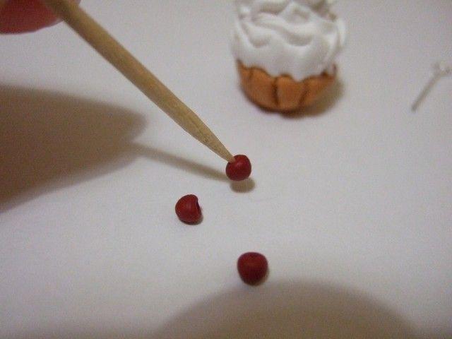 Разрешите представить вам урок по пирожным-корзиночкам. В итоге получим вот такие брелочки - на что их использовать уж решайте сами =)Итак, нам понадобится1. Пара перчаток для белой пластики.2. FIMO SOFT белый, кусочек пластики вишневого цвета (у меня Sonnet )3. FIMO Liquid (фимо-гель)4. Насадка для кулинарного шприца под крем5.Предметы декорирования.