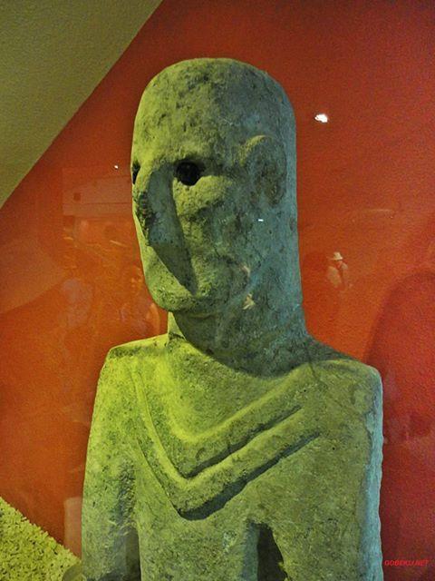 Gobekli Turquia. La estatua, mas antigua, de tamaño natural de un hombre, 12.000 años.