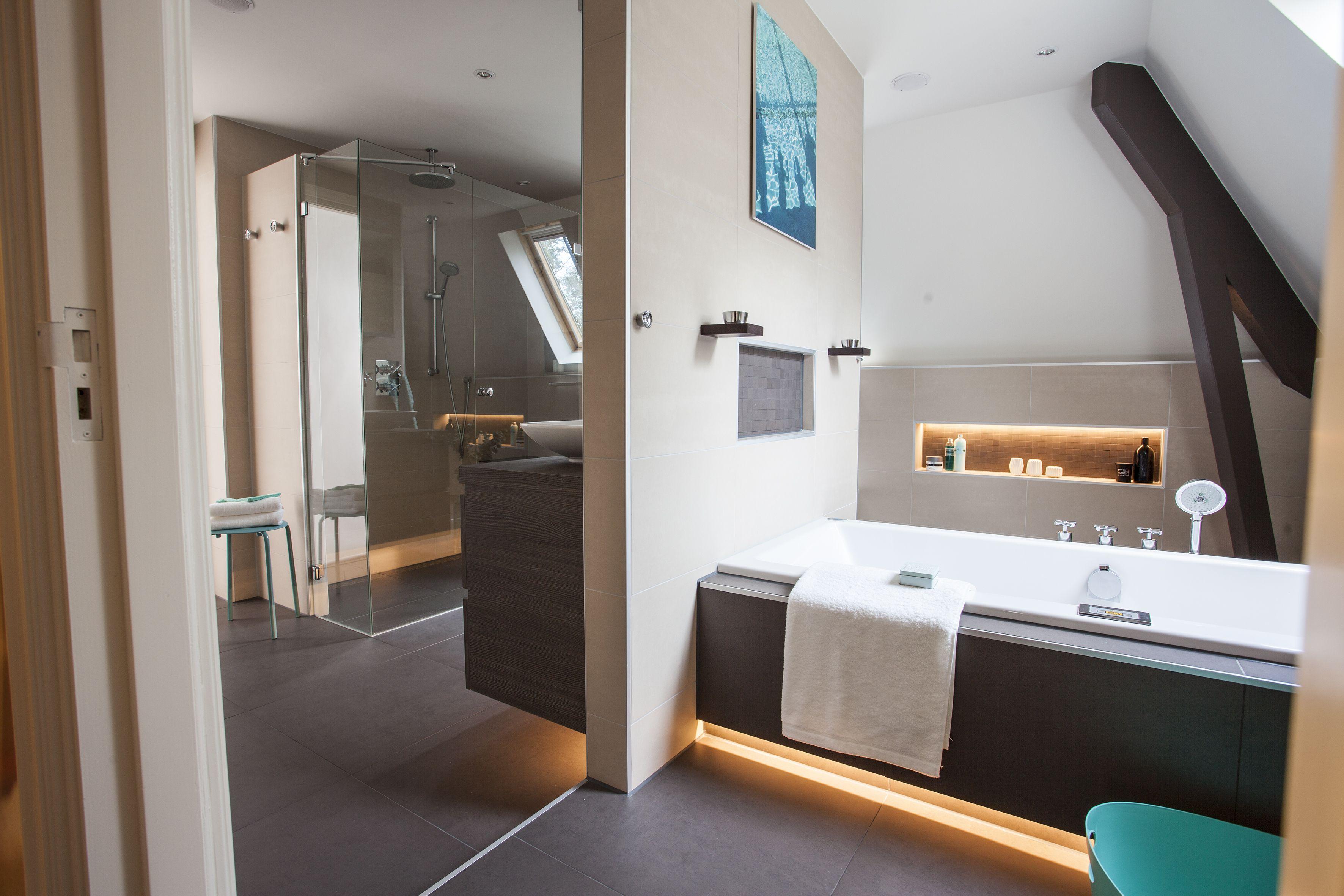 Een badkamer in een ruimte met een schuin dak baderie zolder dakramen daglichtsystemen - Idee outs kamer bad onder het dak ...