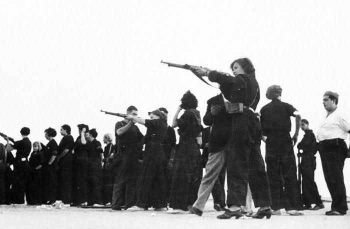 Na Espanha,  soldados legalistas  ensinam as mulheres a usar armas, elas  ajudariam a defender a cidade de Barcelona contra as tropas rebeldes fascistas do general Francisco Franco durante a Guerra Civil Espanhola, em 2 de junho de 1937.