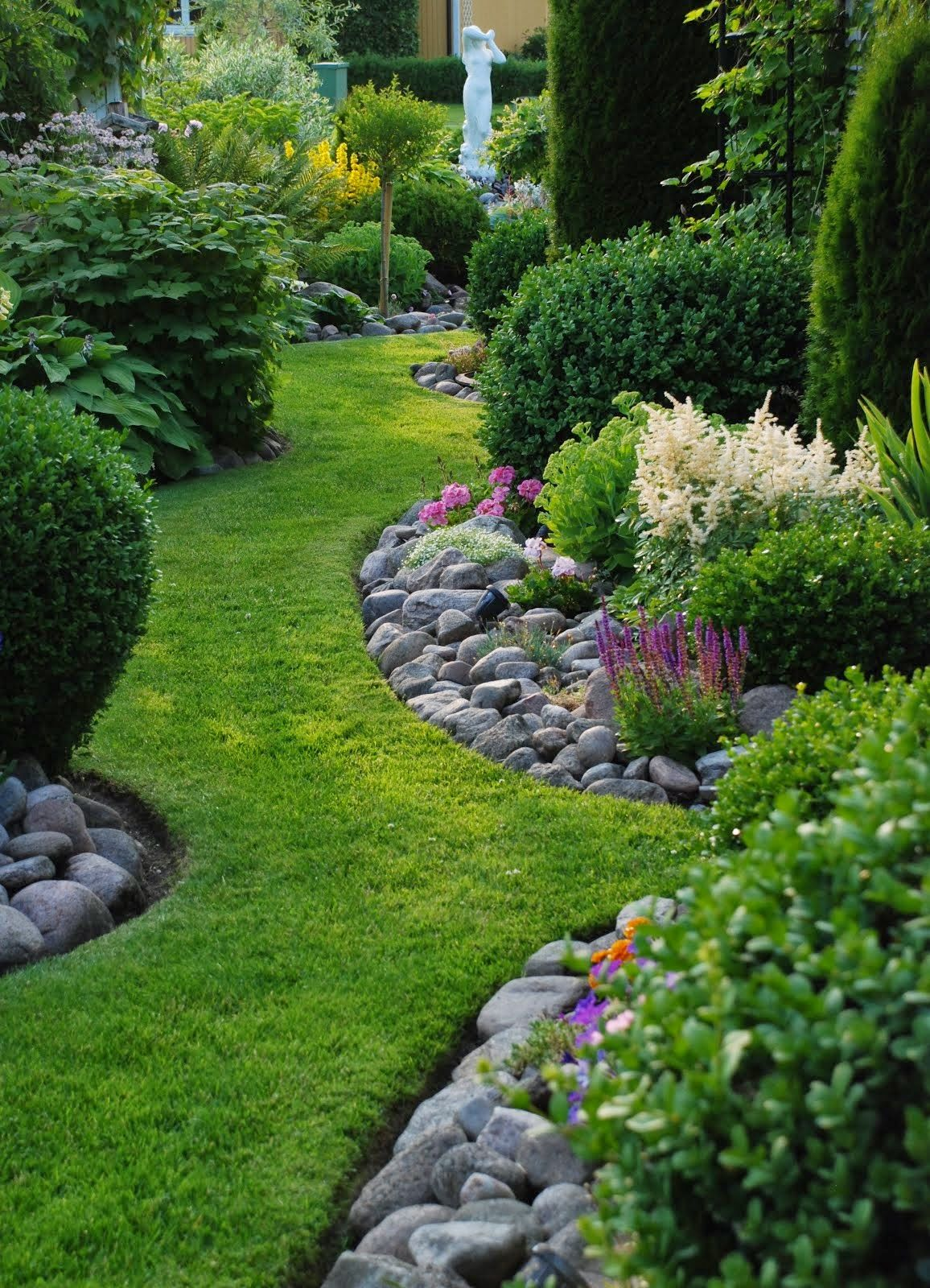 Natural looking garden edging river rocks used along for Beautiful gardens landscaping