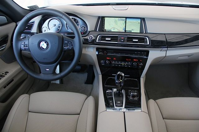 2015 BMW 7 Series Interior 640x425